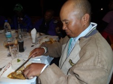 Honore Ramaroson, de l'Association Miray, déguste les produits frais proposes par l'Association AMI d'Anjozorobe
